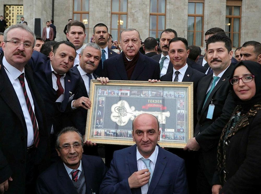 TEKDER'den Cumhurbaşkanı Erdoğan'a Altın Anahtar İşlemeli Tablo